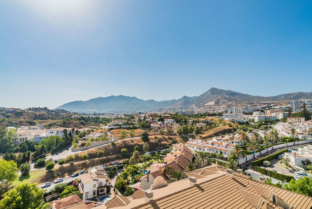 Beautiful family home in Benalmadena close by famous Parque de la Paloma. This duplex penthouse is e, Spain