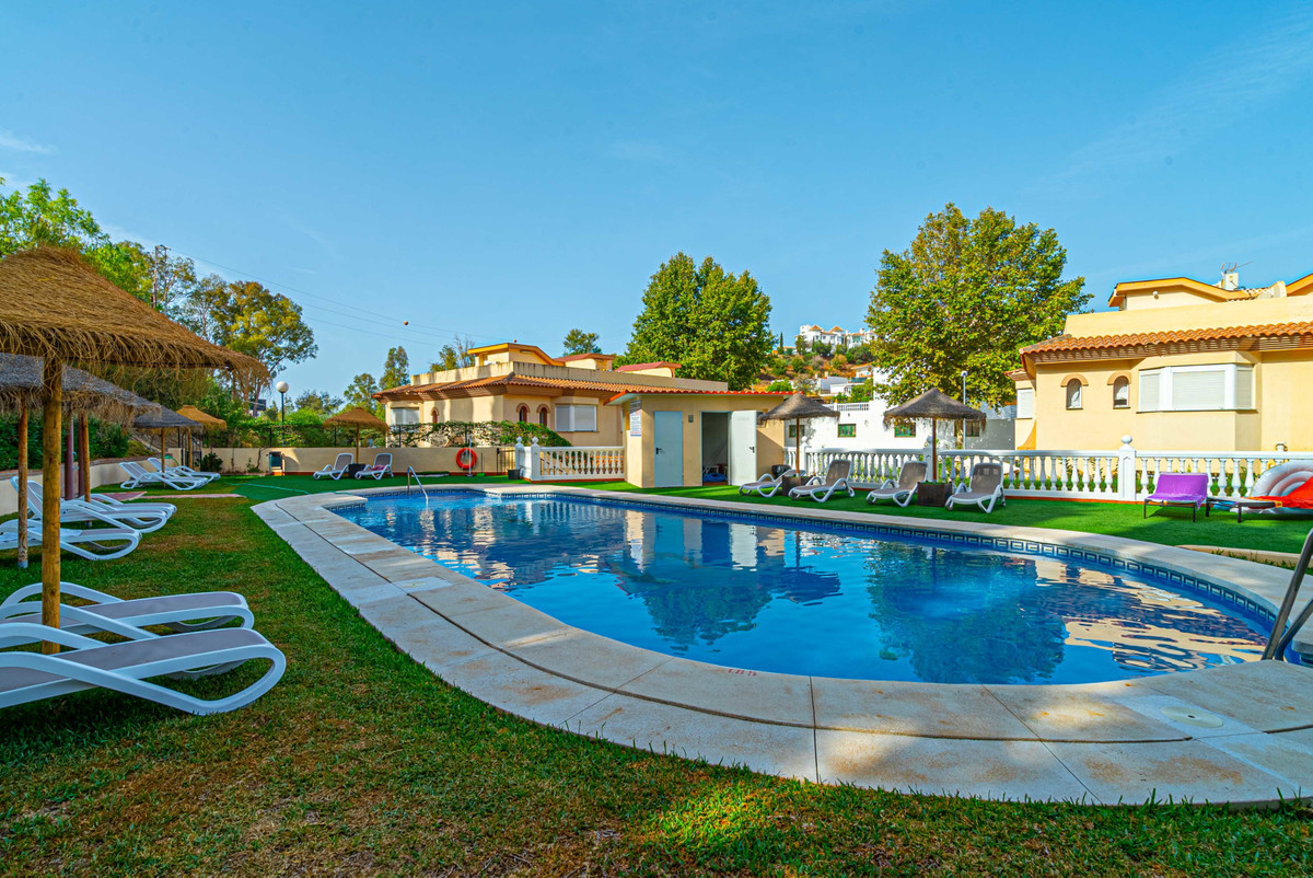Are you an enthusiastic padel or tennis player? Want to live in peacefull surroundings but a walking,Spain