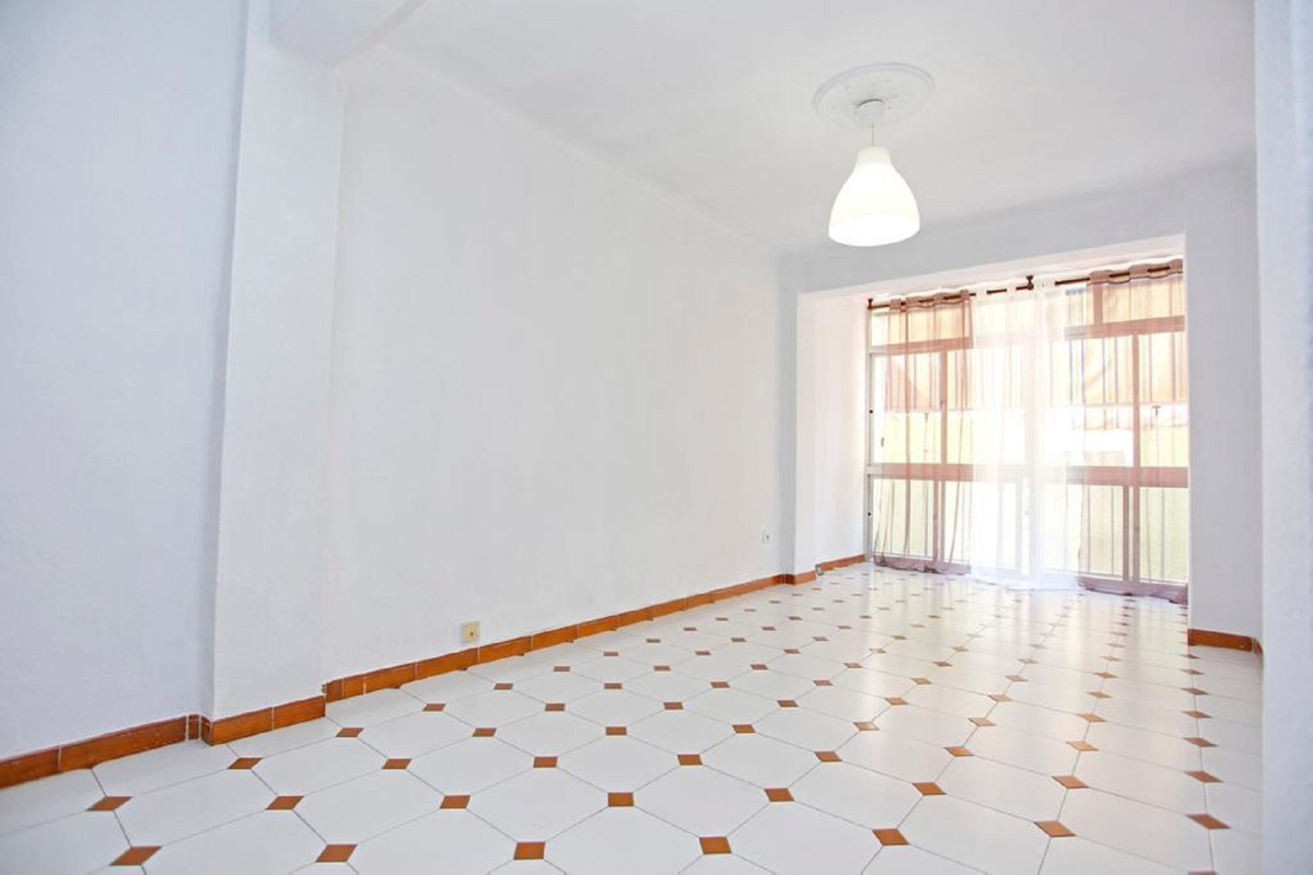Bright apartment with three bedrooms and a bathroom a few meters from the sea and the beach. Due to ,Spain