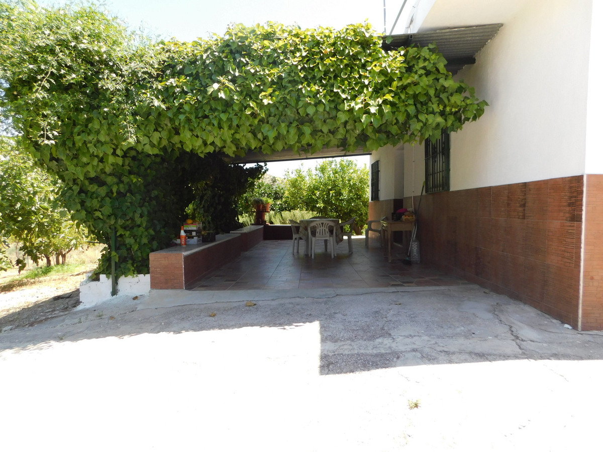 Large property with lots of character located in Guaro, Las Rosas. This property has 3 bedrooms, 1 b, Spain