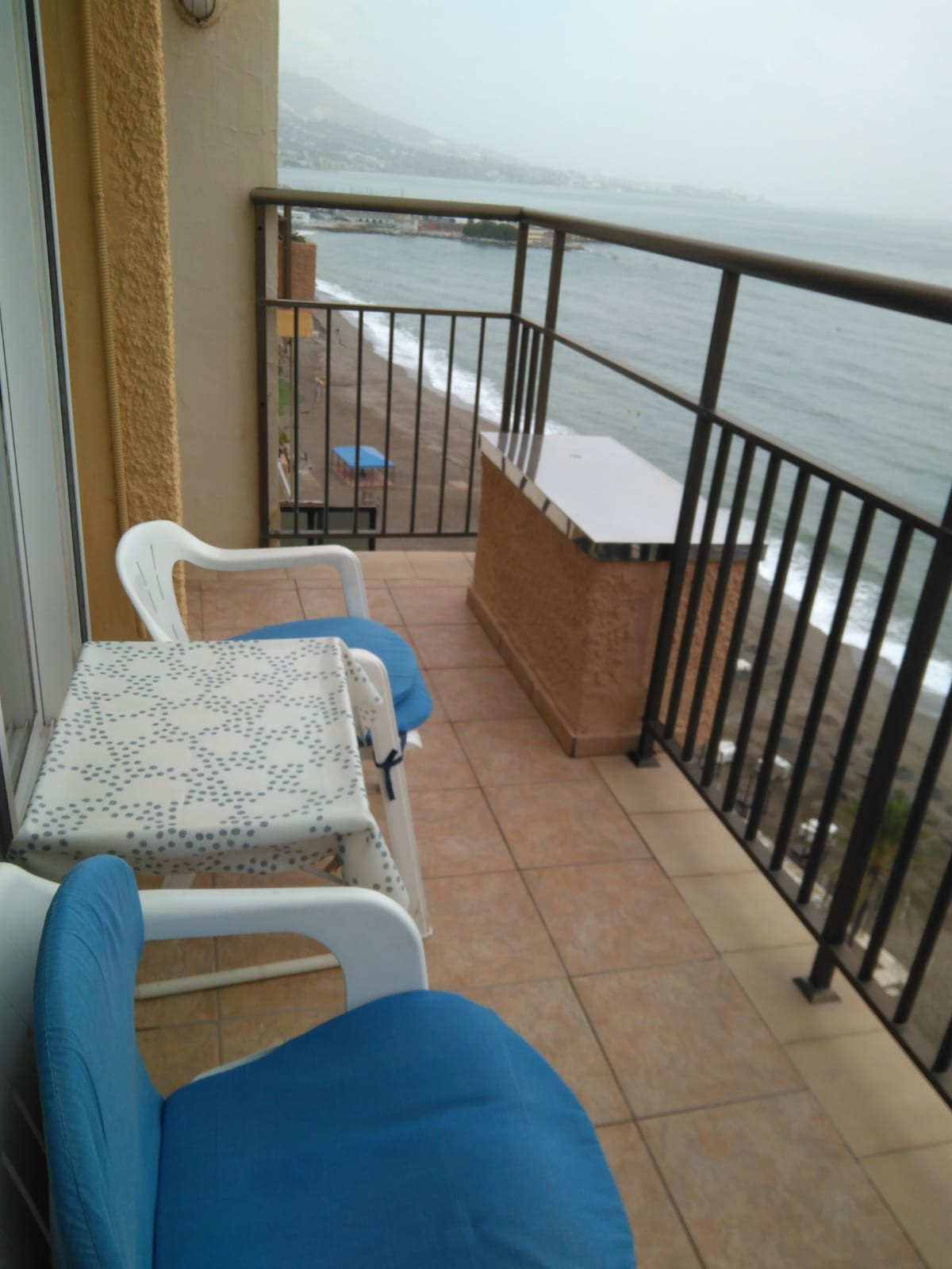 Cozy apartment on the first line of the beach with front and side view of the sea. It is the last fl,Spain