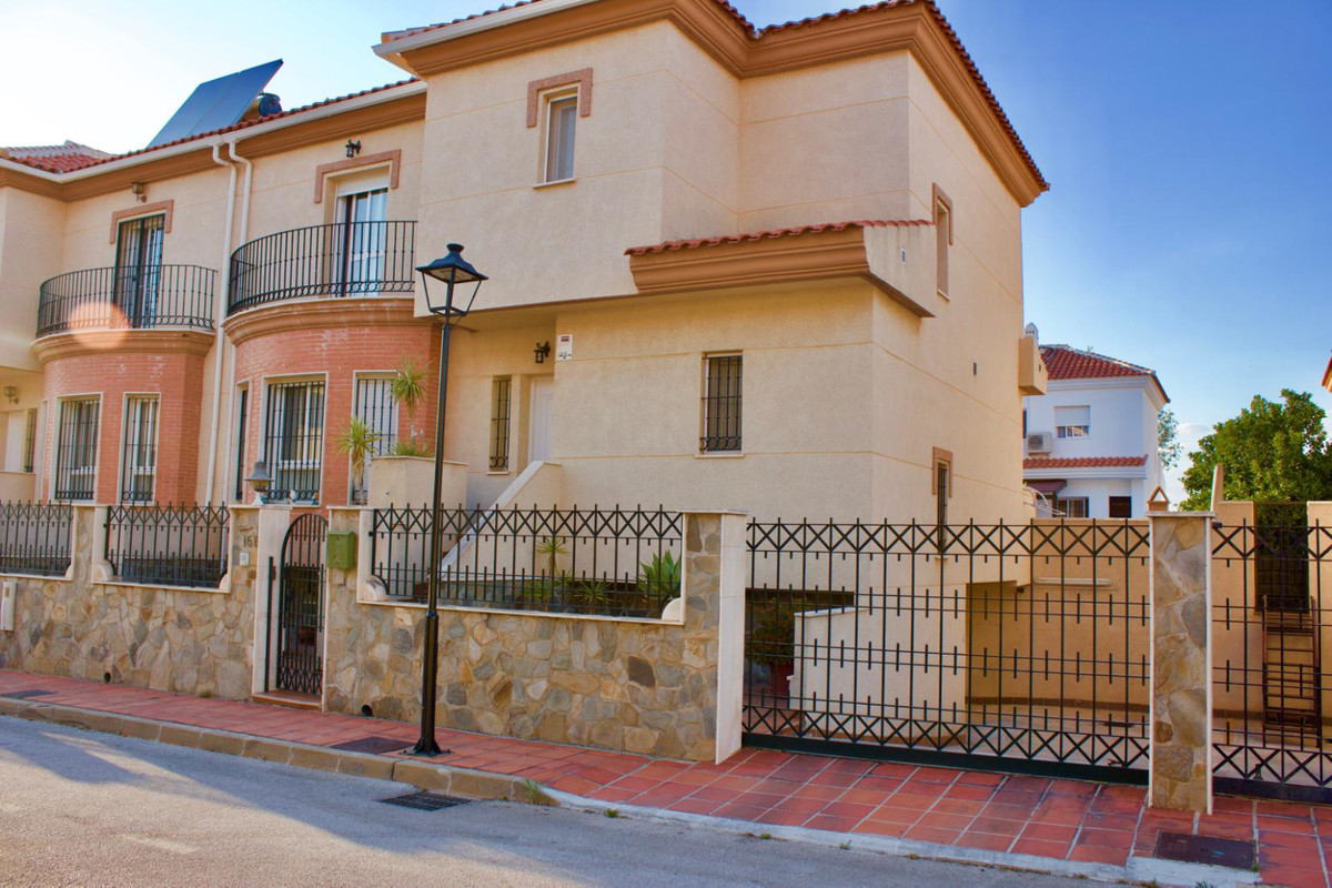 Outstanding semidetached house in residential area of Alhaurin de la Torre, Large and bright with pr,Spain