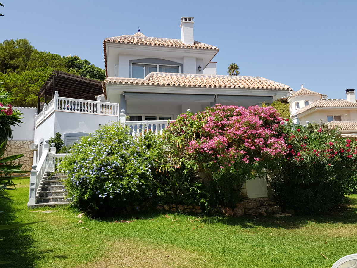 Beautiful detached villa with a private garden, a heated pool, a basement and a separate guest apart,Spain