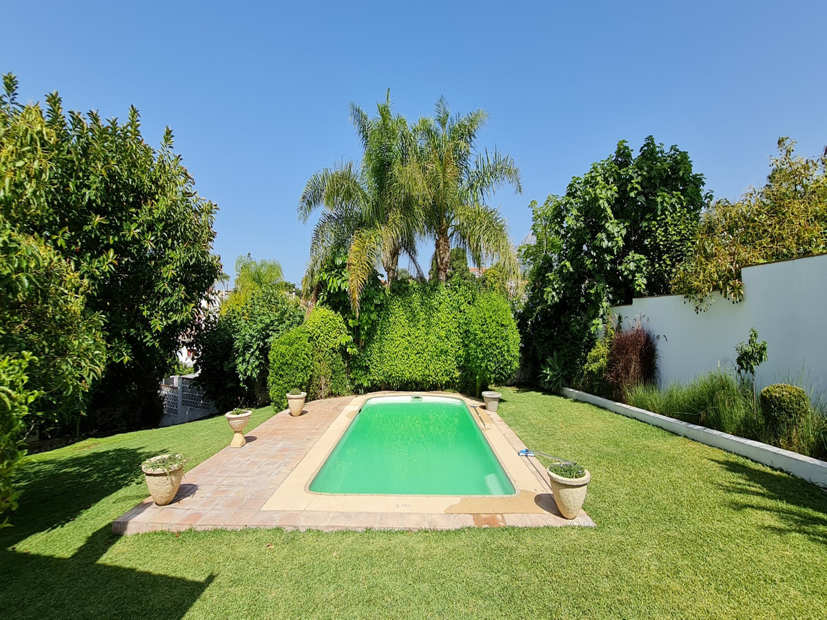 Beautiful villa for sale with a private garden and a private pool, a double garage, a large barbecue,Spain
