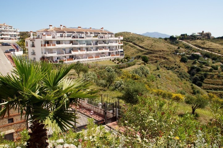 Amazing penthouse facing south with incredible views to the coast. Located in Calahonda, Mijas Costa, Spain
