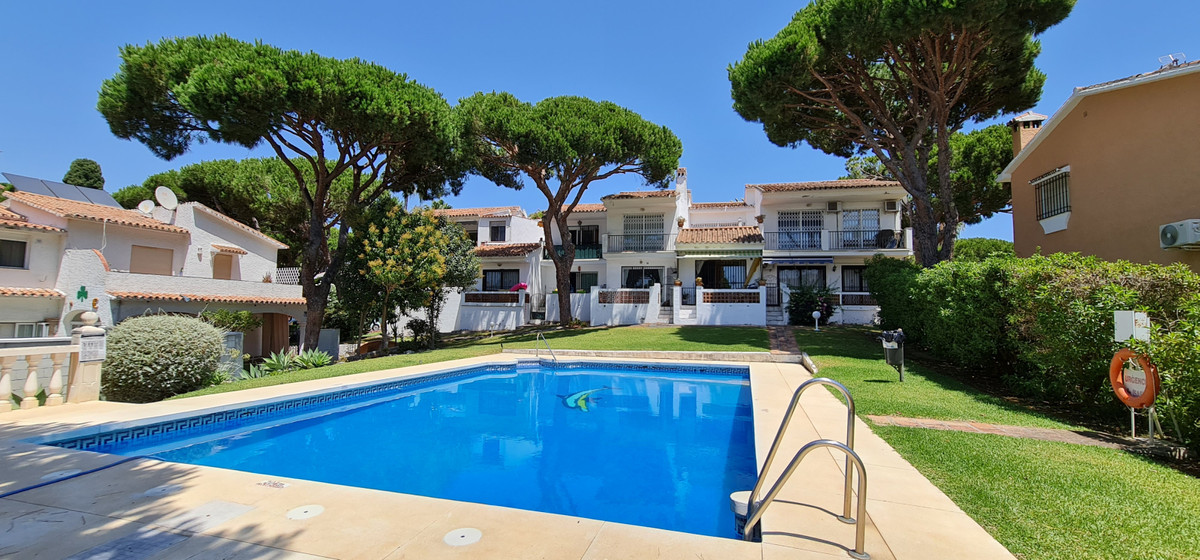 Beautiful top floor studio located in Calahonda, with walking distance to the beach and to all ameni,Spain