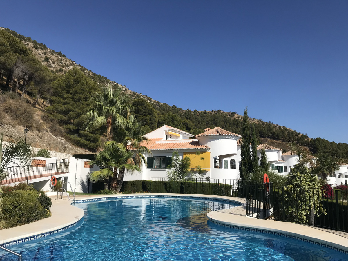 GORGEOUS QUALITY TOWNHOUSE in a very well-kept  gated complex within popular Urb. Buena Vista. Locat,Spain