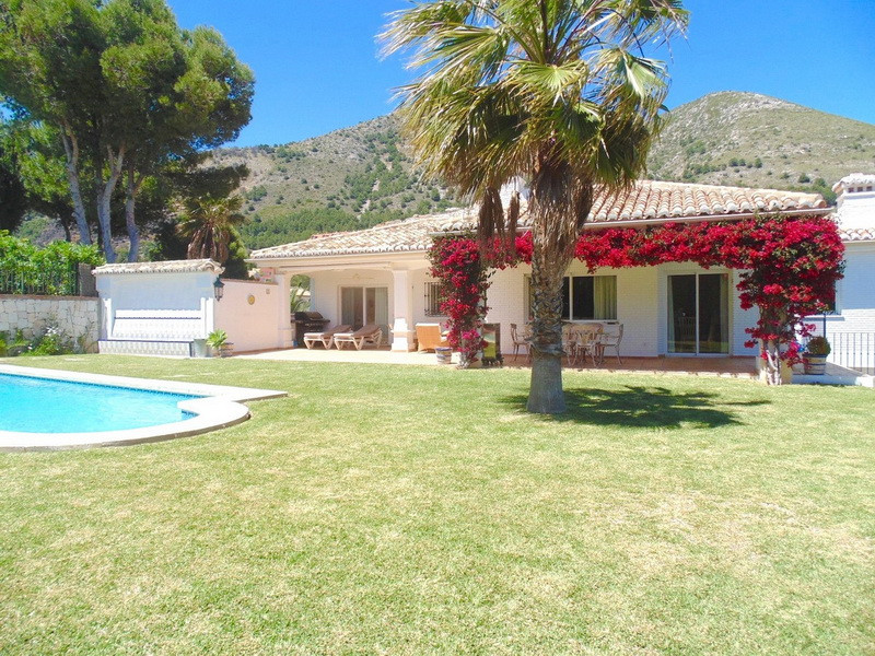 MAGNIFICENT, IMMACULATE BUNGALOW VILLA with a SEPARATE GUEST APARTMENT BELOW is situated in a very s, Spain