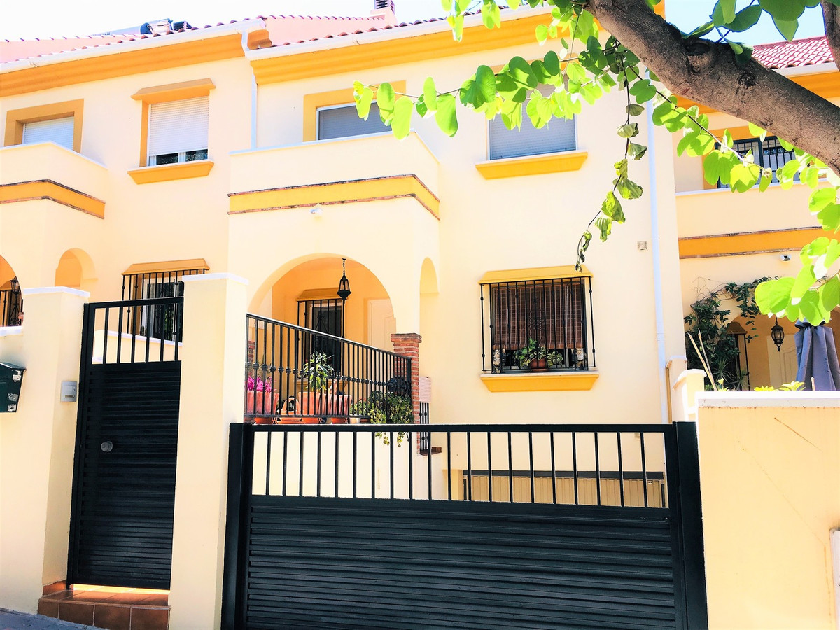 Townhouse, Fuengirola, Costa del Sol. 3 Bedrooms, 2.5 Bathrooms, Built 226 m², Terrace 79 m², Garden, Spain