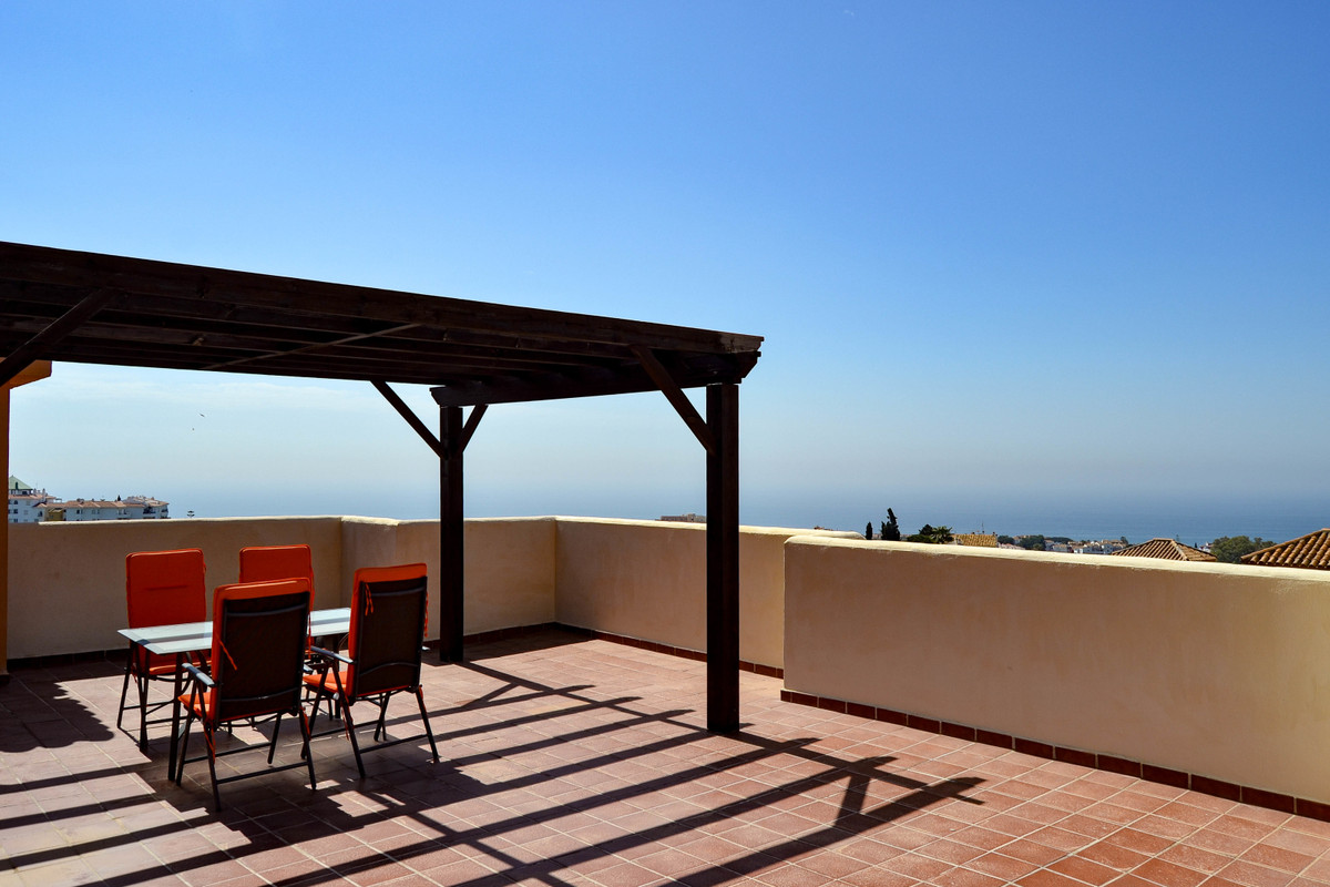 This lovely penthouse with a fantastic views of the Mediterranean Sea, Calahonda and Miraflores is sSpain