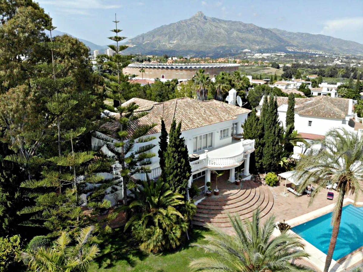Luxury villa located in a secure gated community just steps away from Centro Plaza and within walkin,Spain