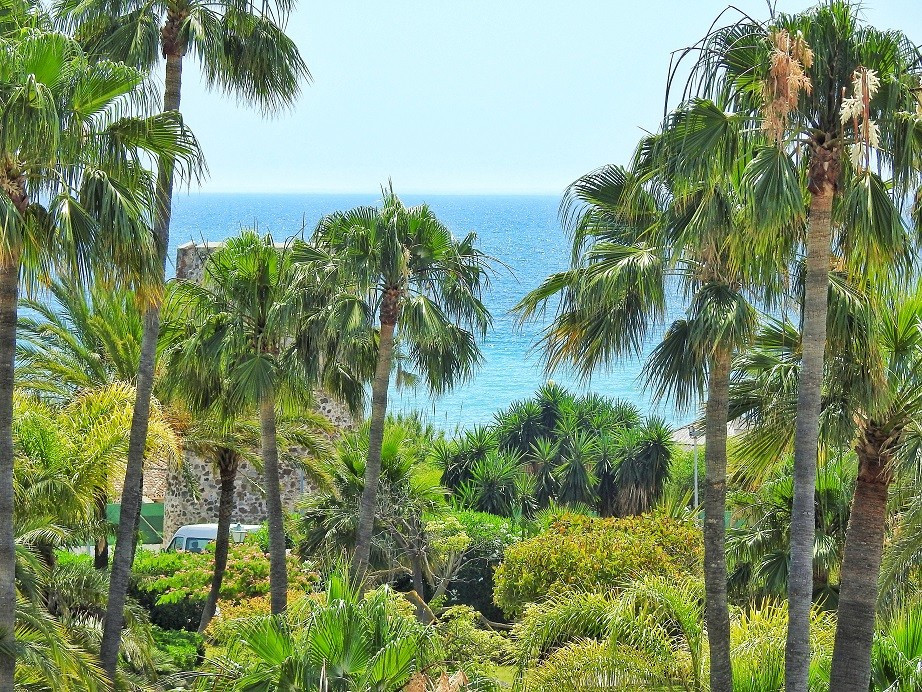 Lovely penthouse - duplex in the urbanization in FIRST LINE OF THE BEACH. The apartment consists of ,Spain