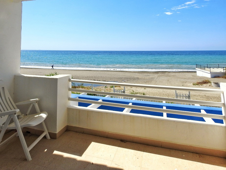 Extraordinary townhouse located  in a privileged area on the beachfront complex on the New Golden Mi, Spain