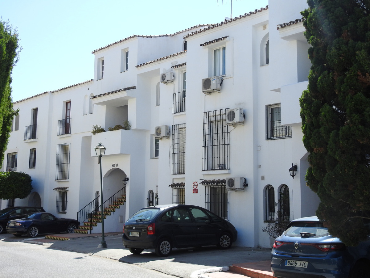 This reformed 2 bedroom ground floor apartment is located in the popular urbanization in El Paraiso,, Spain