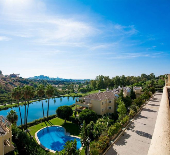 Fantastic recently reformed 3 bed luxury apartment with stunning views to the golf and mountain. La ,Spain