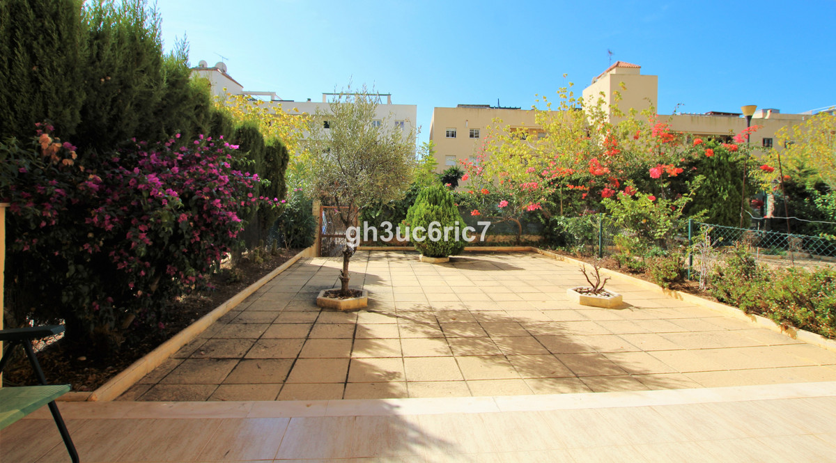 Excellent one bedroom apartment with a sunny south facing large private garden within easy walking d,Spain