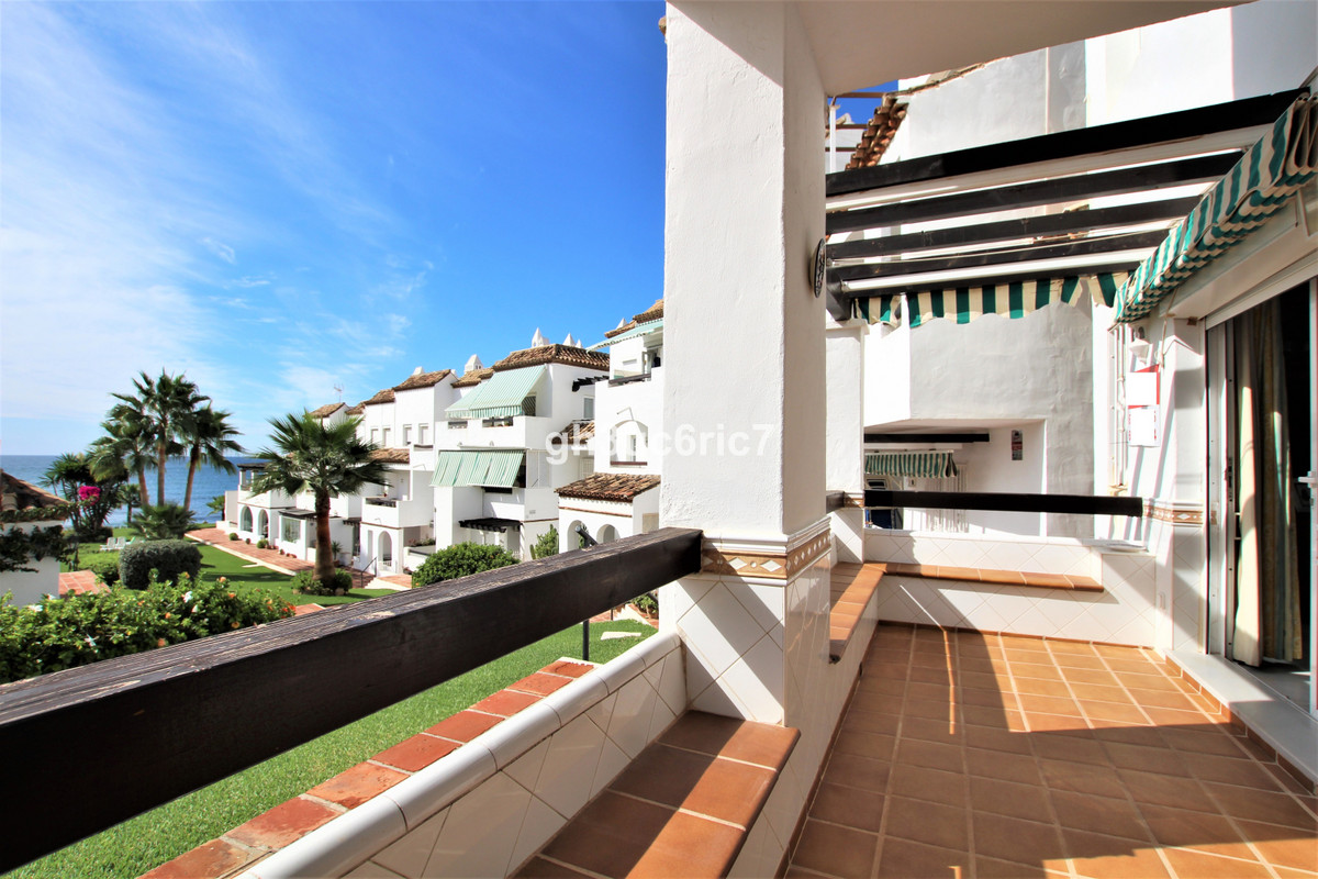A fantastic ground floor apartment located in a front line beach complex with beautiful sea views. C,Spain