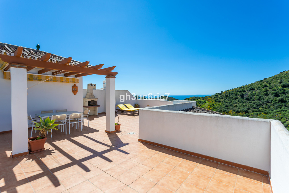 A lovely two bed, two bath, south west facing penthouse apartment located in the upper area of Calah,Spain