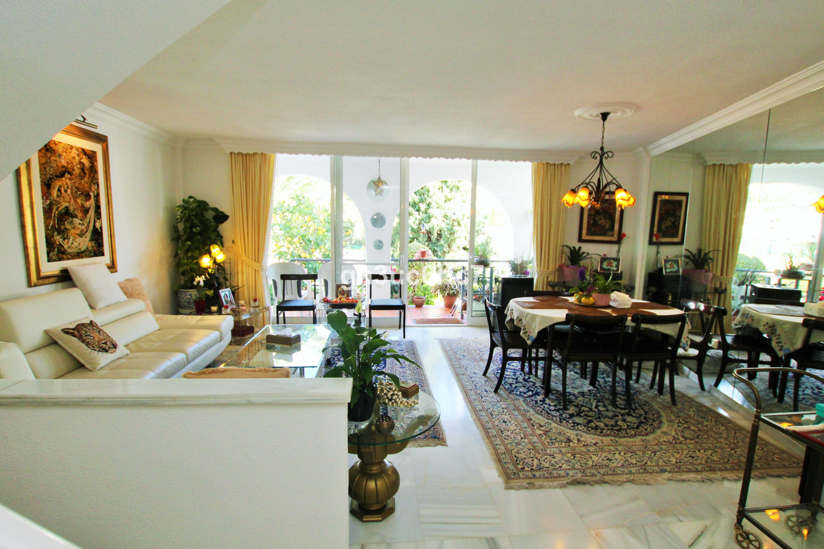 A nice town house in Riviera del Sol, comprising of three bedrooms and two bathrooms. On the main le,Spain