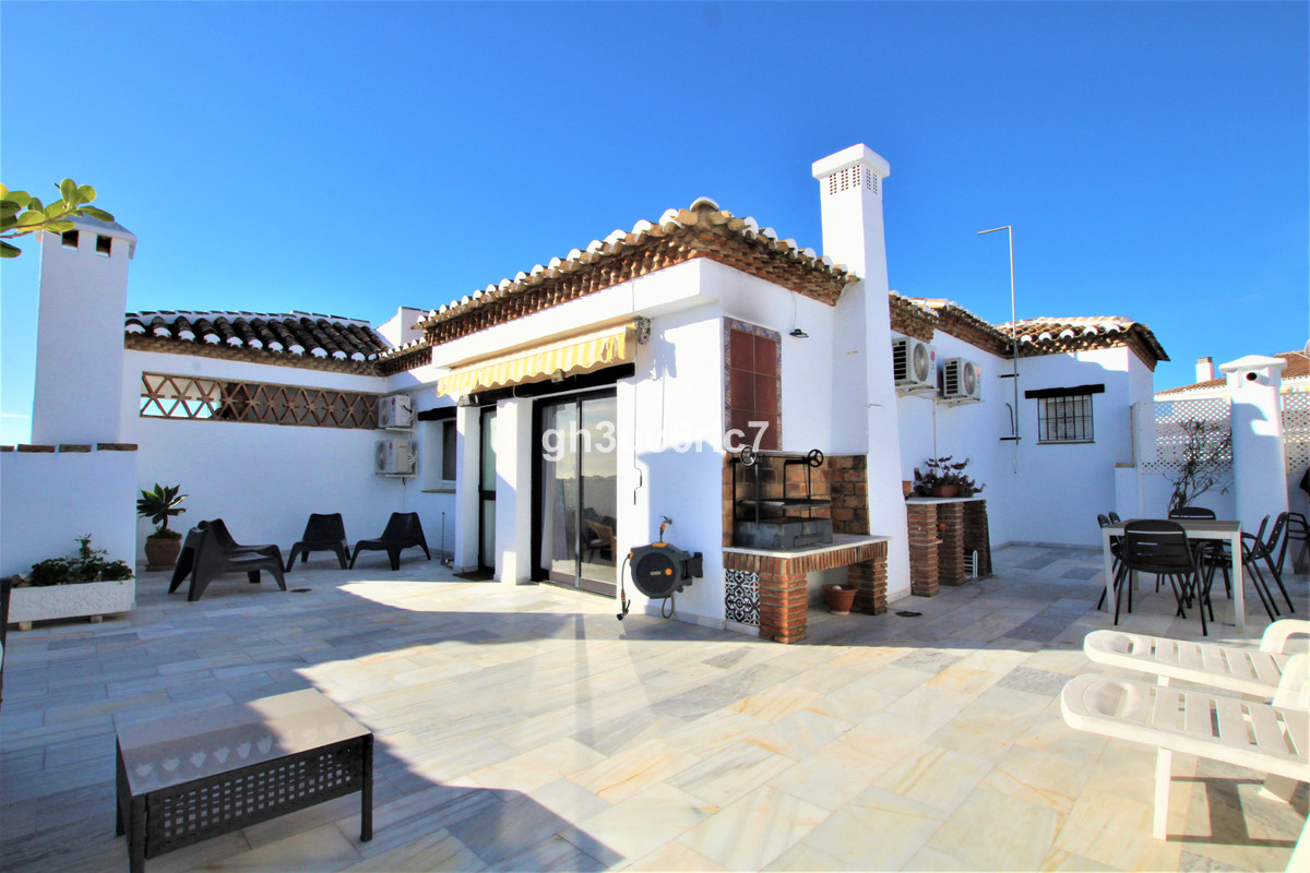A fantastic duplex penthouse with a huge solarium located in the lower area of Calahonda. On the bot,Spain