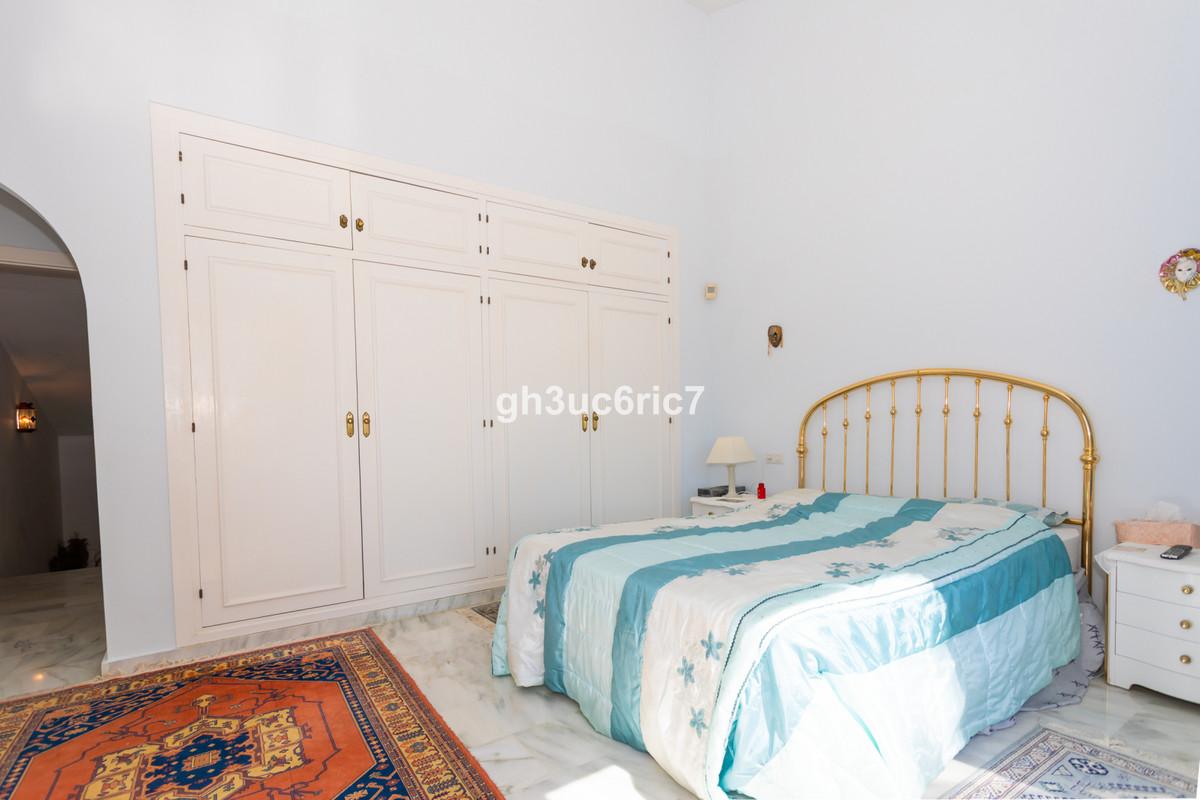Villa en Venta en Calahonda – R3681260
