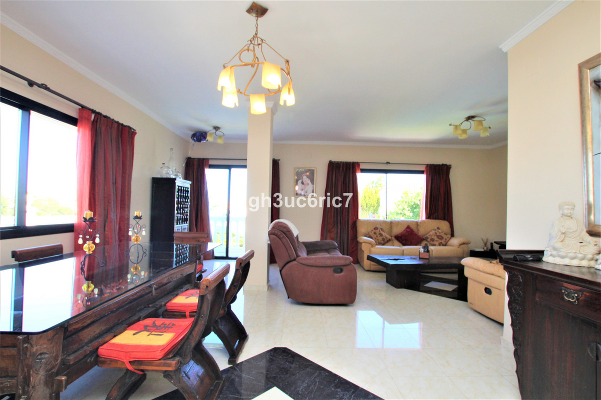 Villa en Venta en Calahonda – R3652865