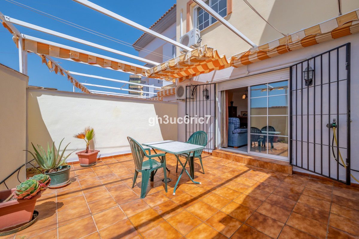 Welcome to this beautiful Townhouse located right on the border between Torreblanca and Los Pacos in,Spain