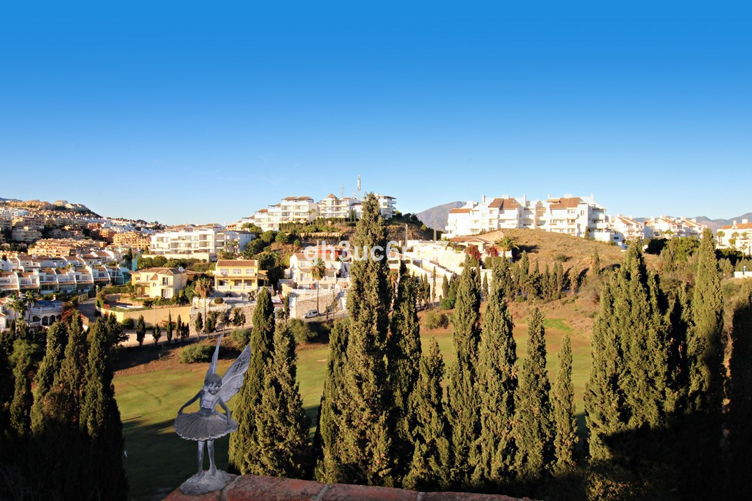 Excellent townhouse situated within a small complex (with communal pool), close to the famous Mirafl,Spain