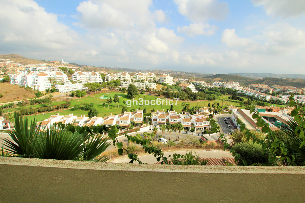 Spacious 2 bed 2 bath apartment with magnificent views of the Miraflores golf course, the mountains ,Spain