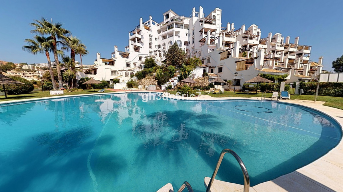 In the central part of Calahonda you find this charming apartment, situated within a complex with loSpain