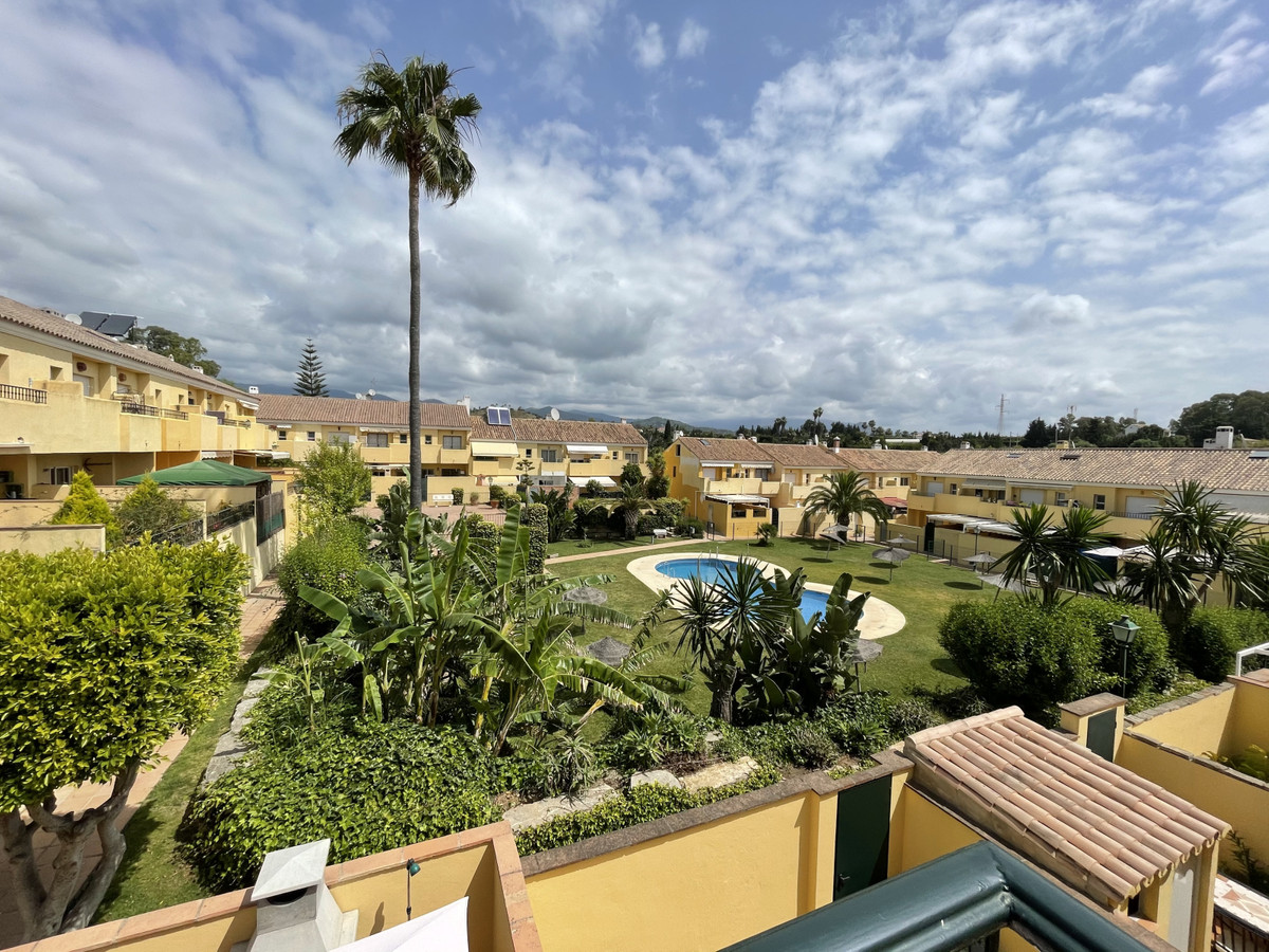 Recently renovated 3 bedroom townhouse in gated and quiet urbanization. The townhouse has 2 floors: ,Spain