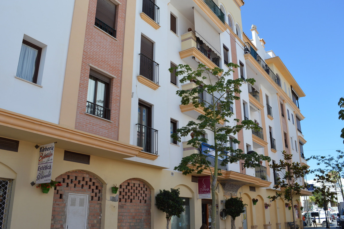 Nice 2-bedroom apartment with underground garage in the center of Estepona, just a step away from thSpain