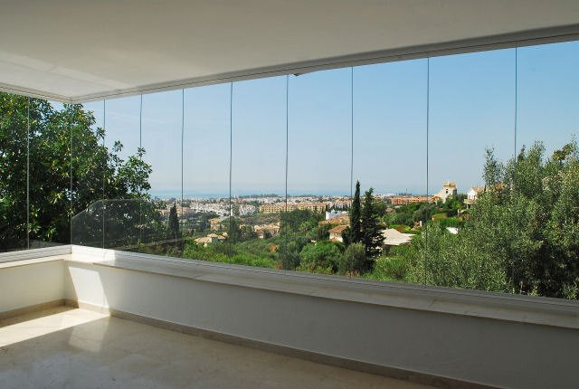 REDUCED FROM  765.000€ to 695.000€ This spacious villa is located in the private urbanisation with s,Spain