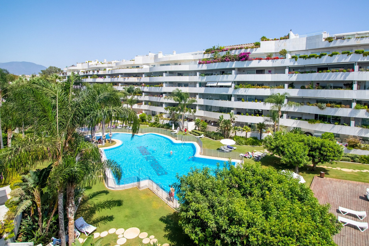 This stunning modern 2 bedroom apartment is located in a prestigious complexe walking distance to Pu, Spain