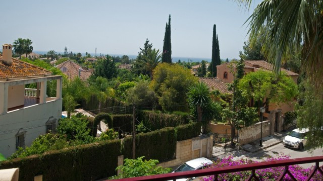 This very spacious modern 3 bedroom apartment is located in a gated and secured community,  walking ,Spain