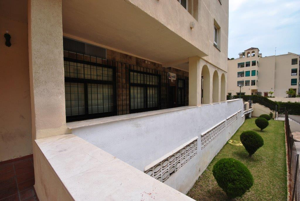 Property in perfect condition to start a business activity. Excellent location, close to all types o, Spain
