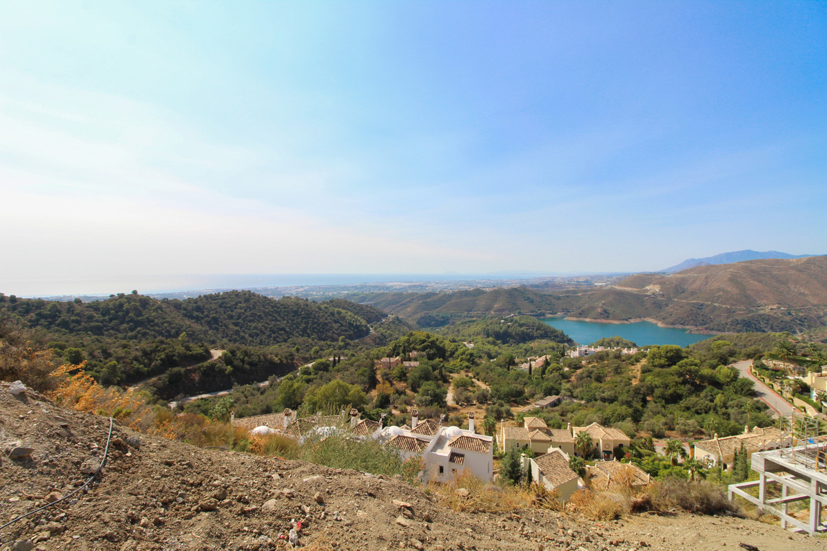 Fantastic plot with panoramic open sea, mountain, countryside and lake views in Sierra Blanca Countr,Spain