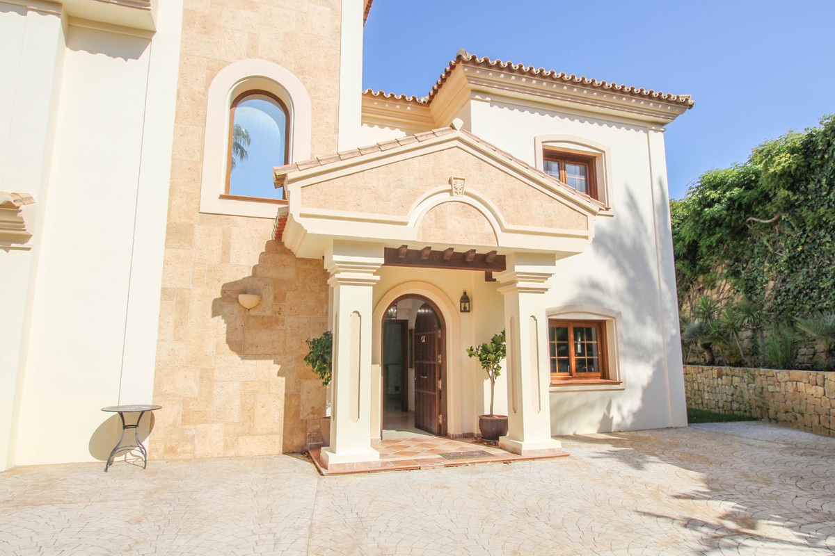 A fabulous villa in a very sought after area. Built by a well known developer, this villa offers lar,Spain