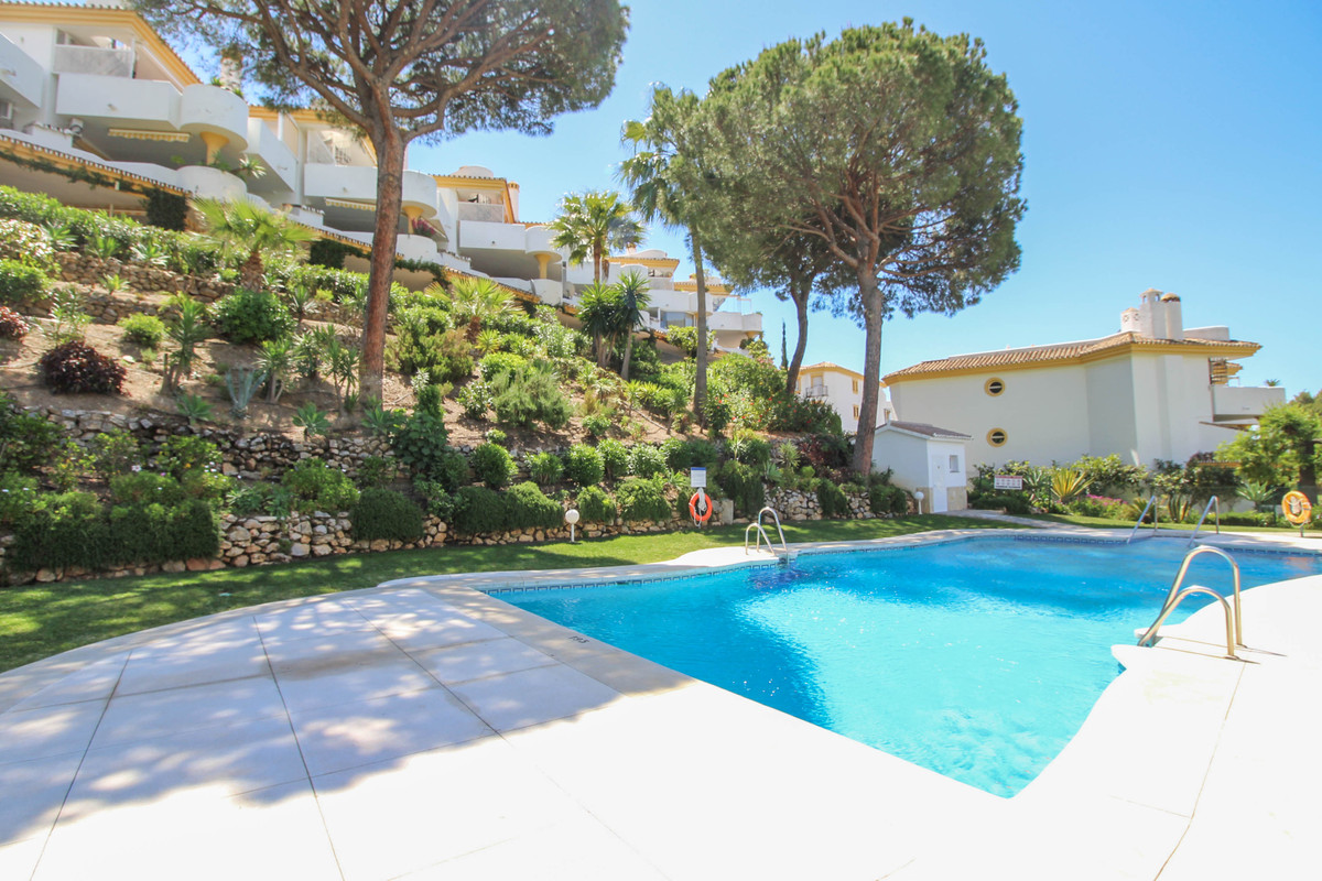 A spacious and well appointed apartment located in the middle section of the popular area of Calahon,Spain