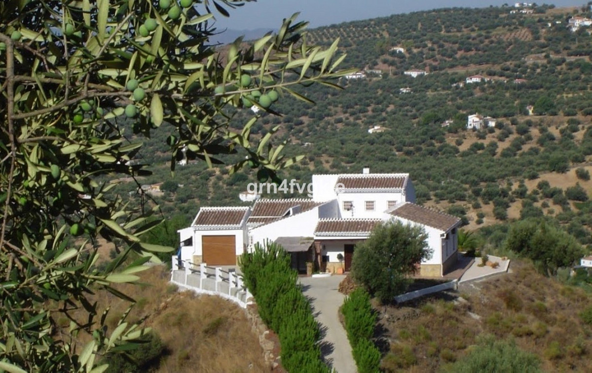 Fantastic house with impressive 360 degree panoramic views. Access through an electric gate and pave,Spain