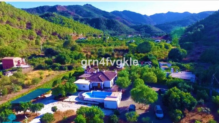 Fantastic rural house of 160 m2 built and with 3500 m2 of land, with private access road, with swimm, Spain