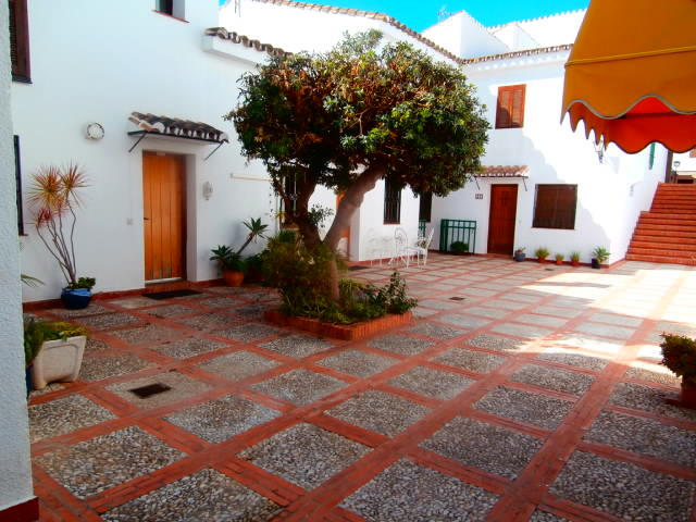 Set in a charming Andalusian village complex, this 2 bed apartment represents great value for rmoney, Spain