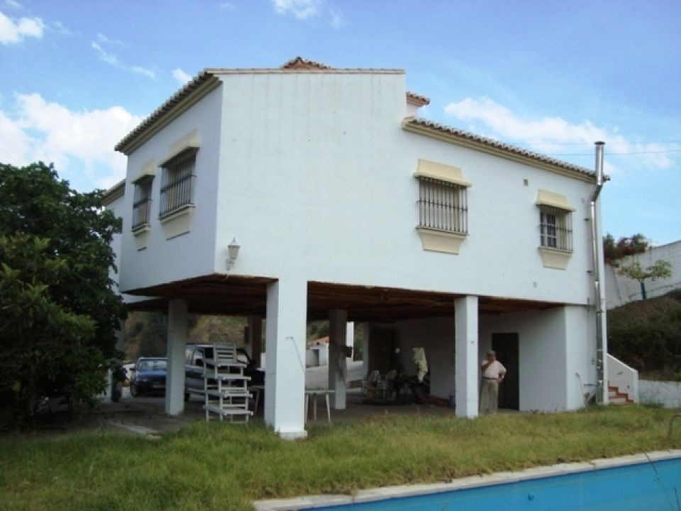 This amazing country house is located in Almachar. The accommodation comprises 3 bedrooms, 2 family ,Spain