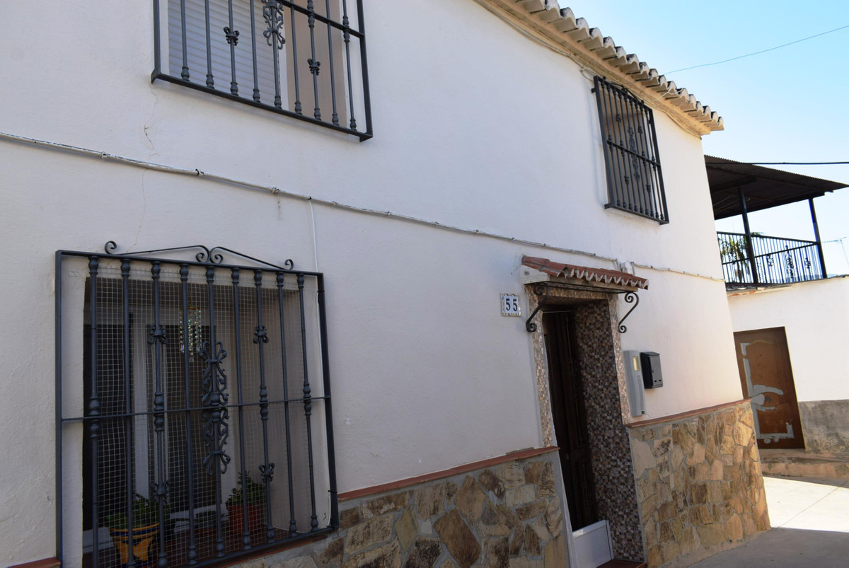 This nicely reformed village house is located in a hamlet, not far from the town of La Vinuela and o,Spain