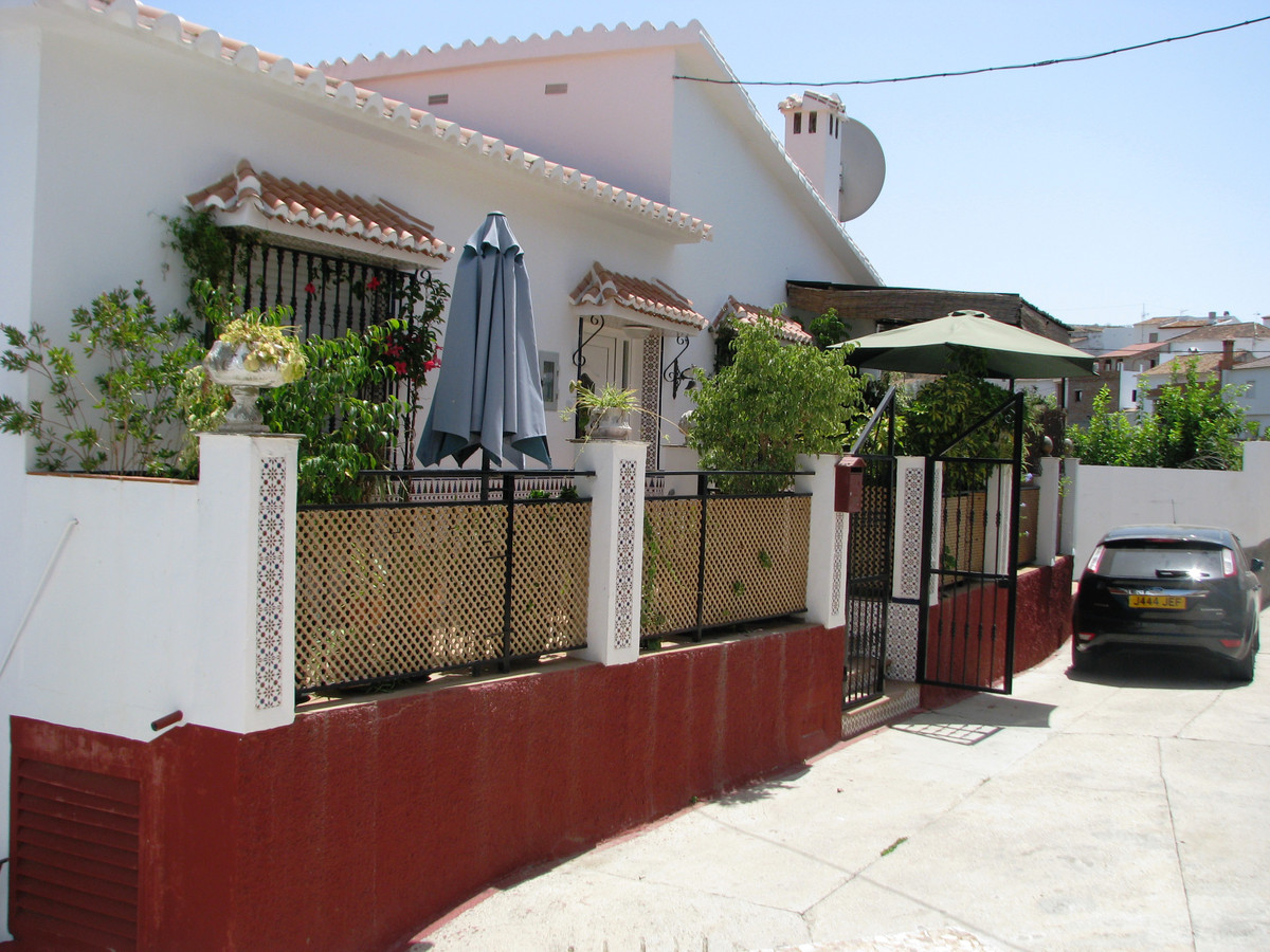 This very large townhouse is set among a valley of avocados and fruit trees in a hamlet situated 5 m,Spain