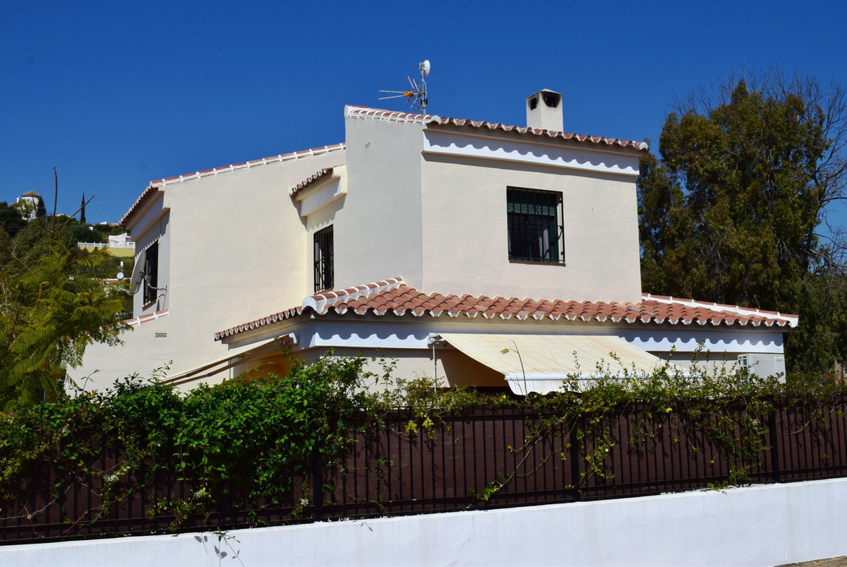 This beautifully decorated villa is situated in a sought-after urbanization in Puente don Manuel, on,Spain