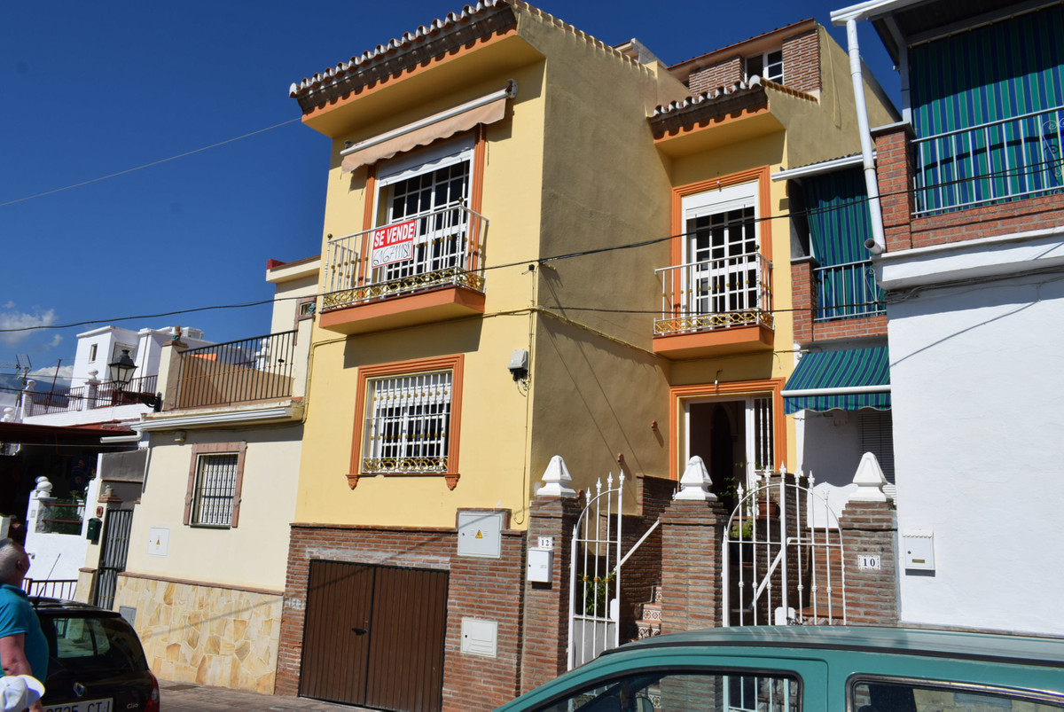 Urgent sale!  Spacious village house in excellent condition, close to the fortress and the centre of, Spain