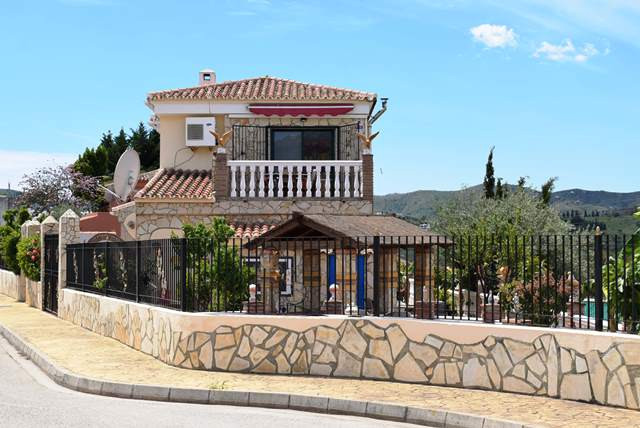 This 3 bedroom villa is situated in a sought after urbanization in Puente don Manuel, only a 20 minu, Spain