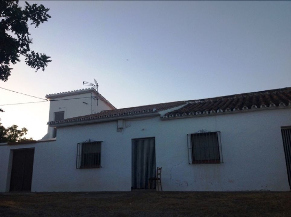 This unique country house is located in Almayate. The accommodation comprises 7 bedrooms , 2 family ,Spain