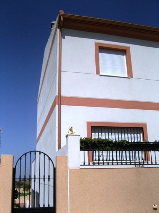 This lovely 2 storey townhouse is located in Colmenar. The accommodation comprises 3 double bedrooms,Spain